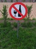 Segnale di pericolo - l'alcool bevente è proibito immagine stock