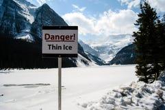 Segnale di pericolo a Lake Louise congelato Fotografia Stock Libera da Diritti