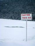 Segnale di pericolo a Lake Louise congelato Fotografia Stock