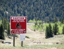 Segnale di pericolo per l'habitat dell'orso in regione selvaggia Immagine Stock Libera da Diritti