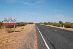 Segnale di pericolo su una strada del deserto Immagini Stock Libere da Diritti