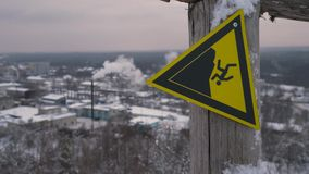 Segnale di pericolo sulla cima della montagna Segnali di pericolo alla stazione sciistica Segno di rottura Clouse su 4K video d archivio