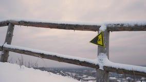 Segnale di pericolo sulla cima della montagna Segnali di pericolo alla stazione sciistica Segno di rottura 4K video d archivio