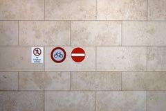 Segnale di pericolo sulla parete di marmo Fotografia Stock Libera da Diritti