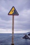 Segnale di pericolo sulla scogliera Fotografia Stock Libera da Diritti