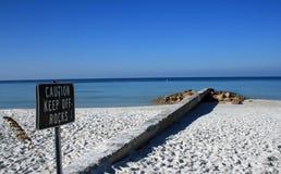 Segnale di pericolo sulla spiaggia Fotografia Stock