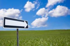 Segnale e paesaggio di direzione unidirezionali Immagini Stock