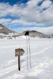 Segnale e Ski Poles di direzione Fotografia Stock Libera da Diritti