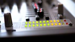 Segnale livellato dell'indicatore del LED sulla console di mescolanza di suoni video d archivio