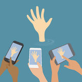 Segnale manuale per aiuto, tanta gente che usando Smart-p Immagini Stock