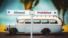 Segnale stradale al permesso a contro proibito fotografie stock