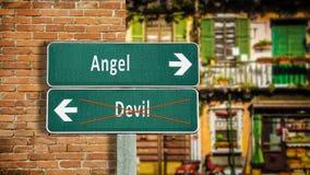 Segnale stradale all'angelo contro il diavolo fotografia stock libera da diritti