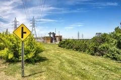 Segnale stradale all'esame di una centrale elettrica Fotografia Stock