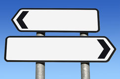 Segnale stradale in bianco bidirezionale con lo spazio della copia. Fotografie Stock