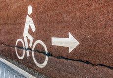 Segnale stradale bianco della bicicletta sul vicolo dell'asfalto con il simbolo della freccia nel vin Fotografie Stock