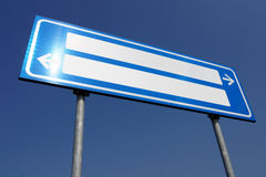 Segnale stradale in bianco direzionale Fotografie Stock