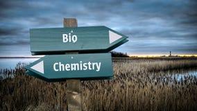 Segnale stradale bio- contro chimica fotografia stock