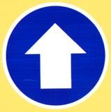 Segnale stradale blu con la freccia immagini stock