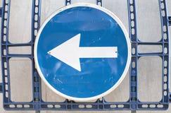 Segnale stradale blu con la freccia bianca Fotografia Stock Libera da Diritti