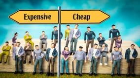 Segnale stradale a buon mercato contro costoso immagine stock