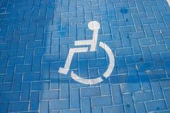 Segnale stradale che parcheggia per i disabili nel parcheggio fotografia stock