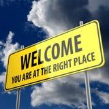 Segnale stradale con il benvenuto di parole siete al giusto posto Fotografia Stock