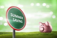 Segnale stradale con il messaggio di risparmio di estate con il contesto verde Fotografia Stock