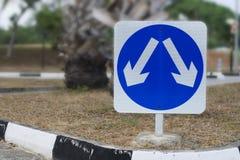 Segnale stradale con il percorso di residuo della potatura meccanica Immagini Stock