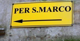 Segnale stradale con le direzioni andare al quadrato del segno di Sanint in VE Immagine Stock