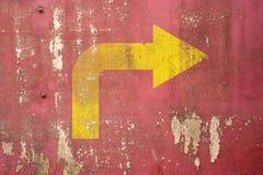 Segnale stradale con svolta a destra dipinto sulla parete Fotografie Stock