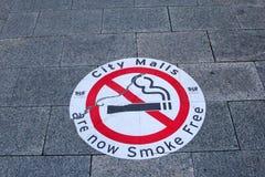 Segnale stradale dei centri commerciali senza fumo della città in Australia Immagine Stock
