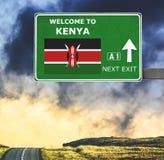 Segnale stradale del Kenya contro chiaro cielo blu fotografia stock libera da diritti