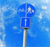 Segnale stradale del pedone e della bicicletta immagine stock