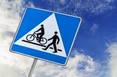 Segnale stradale del pedone e della bicicletta su cielo blu, bici che cicla e che cammina fotografia stock