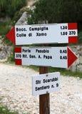 Segnale stradale del percorso della montagna in di lingua italiana andare al passo di danza fotografia stock