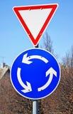 Segnale stradale del rendimento e segno della rotonda immagini stock