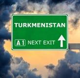 Segnale stradale del Turkmenistan contro chiaro cielo blu fotografie stock libere da diritti