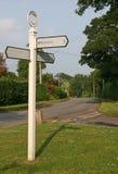 Segnale stradale del villaggio bianco fotografie stock