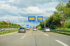Segnale stradale dell'autostrada senza pedaggio sull'autostrada A8, B27 Tuebingen Reutlingen/Filderstadt Leinfelden-Echterdingen Fotografia Stock