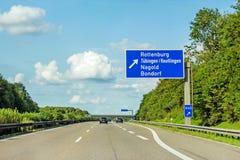 Segnale stradale dell'autostrada senza pedaggio sull'autostrada A81, Herrenberg - Rottenburg immagini stock libere da diritti