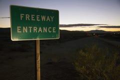Segnale stradale dell'entrata dell'autostrada senza pedaggio al tramonto, su 10 da uno stato all'altro, California, U.S.A. Immagine Stock