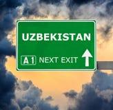 Segnale stradale dell'Uzbekistan contro chiaro cielo blu immagini stock