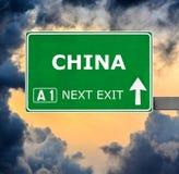 Segnale stradale della Cina contro chiaro cielo blu fotografia stock