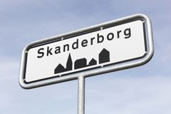 Segnale stradale della città di Skanderborg Fotografia Stock Libera da Diritti