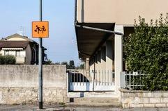 Segnale stradale della fermata dell'autobus del bambino nella via durante il giorno Immagini Stock Libere da Diritti