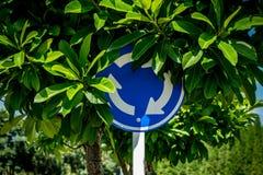 Segnale stradale della strada trasversale della rotonda fotografie stock libere da diritti
