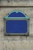 Segnale stradale dello spazio in bianco di Parigi sulla parete di pietra Fotografia Stock Libera da Diritti