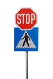 Segnale stradale di arresto e di attraversamento Immagini Stock Libere da Diritti