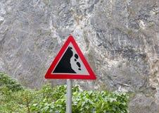Segnale stradale di caduta del ` delle rocce del ` immagine stock