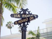 Segnale stradale di fama mondiale di Rodeo Drive immagini stock